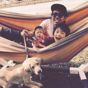 トータルテンボス大村の息子ハルク仲良し家族写真