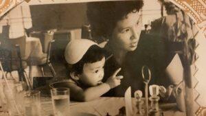 浜崎あゆみの子供時代と母親の画像。こそだ