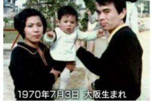 岡村隆史の幼少期・子供時代の両親との家族写真