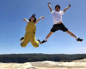 山崎夕貴アナとおばたのお兄さんがハネムーンでジャンプ!プロポーズの言葉