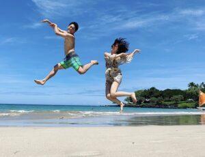山崎夕貴アナとおばたのお兄さんが新婚旅行でジャンプ!素敵な夫婦画像