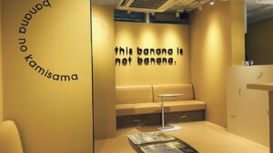 バナナの神様原宿店の店内スペース!充電コンセントあり。