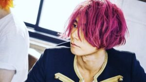 川上洋平がピンク髪で彼女ダンジーを匂わせ?