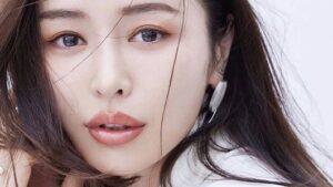 加治ひとみの唇は整形でヒアルロン酸を入れている?幼少期やすっぴん画像と比較で検証!